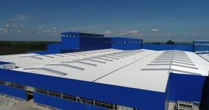 Konstruktionen av en modern produktionbyggnad eller fabrik, konstruktionen av en grupp, industriell yttersida lager videofilmer
