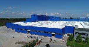 Konstruktionen av en modern produktionbyggnad eller fabrik, konstruktionen av en grupp, industriell yttersida arkivfilmer