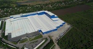 Konstruktionen av en modern produktionbyggnad eller fabrik, yttersidan av en stor modern fabrik eller fabrik stock video