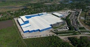 Konstruktionen av en modern produktionbyggnad eller fabrik, yttersidan av en stor modern fabrik eller fabrik lager videofilmer