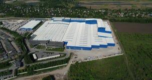 Konstruktionen av en modern produktionbyggnad eller fabrik, yttersidan av en stor modern fabrik eller fabrik arkivfilmer
