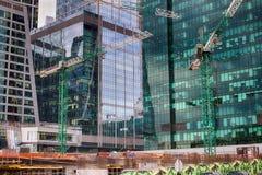 Konstruktionen av en skyskrapa, Moskvastad Högar av exponeringsglas, betong och stål Royaltyfri Fotografi