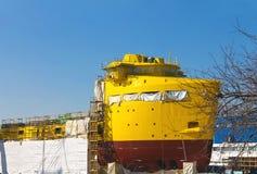 Konstruktionen av ett nytt skepp i torr skeppsdocka Royaltyfri Fotografi