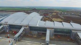 Konstruktionen av flygplatsen med landningsbanan Den flyg- sikten av flygplatslandningsbanan blir en konstruktionsplats arbetare  Arkivbild