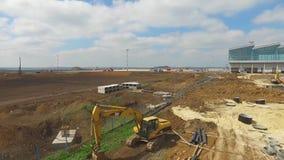 Konstruktionen av flygplatsen med landningsbanan Den flyg- sikten av flygplatslandningsbanan blir en konstruktionsplats arbetare  Royaltyfria Foton