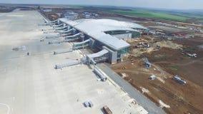 Konstruktionen av flygplatsen med landningsbanan Den flyg- sikten av flygplatslandningsbanan blir en konstruktionsplats arbetare  Royaltyfri Bild