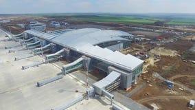 Konstruktionen av flygplatsen med landningsbanan Den flyg- sikten av flygplatslandningsbanan blir en konstruktionsplats arbetare  Royaltyfri Fotografi