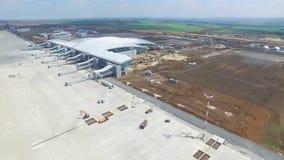 Konstruktionen av flygplatsen med landningsbanan Den flyg- sikten av flygplatslandningsbanan blir en konstruktionsplats arbetare  Royaltyfri Foto