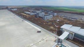 Konstruktionen av flygplatsen med landningsbanan Den flyg- sikten av flygplatslandningsbanan blir en konstruktionsplats arbetare  Fotografering för Bildbyråer