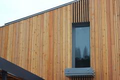 Konstruktionen av moderna moderiktiga hem kombinationen av olika material och texturer i designen Låghus- byggnader fotografering för bildbyråer