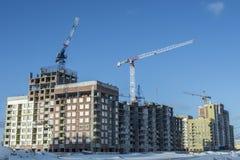 Konstruktionen av nya hus på en bakgrundshimmel Arkivfoton