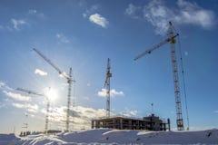 Konstruktionen av nya hus på en bakgrundshimmel Fotografering för Bildbyråer