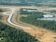 Konstruktionen av vägen från höjden av fågelflyget Arkivfoton