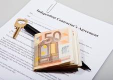 Konstruktionsöverenskommelse med tangent och euroanmärkningar Fotografering för Bildbyråer