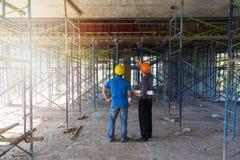 Konstruktionsbegrepp, tekniker och arkitekt som arbetar på konstruktionsplatsen Royaltyfri Bild
