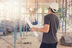 Konstruktionsbegrepp, tekniker och arkitekt som arbetar på konstruktionsplatsen Arkivbilder