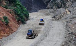 Konstruktionsbilar som worrking på platsen i ton, Vietnam Royaltyfri Fotografi