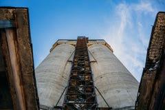 Konstruktionsbransch, två stora torn på himmelbakgrund, övergett industriellt Arkivbilder