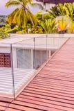 Konstruktionsdetaljer: Blandade glass balustrader på trätakdäck arkivfoto