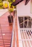 Konstruktionsdetaljer: Blandade glass balustrader på trätakdäck royaltyfri bild