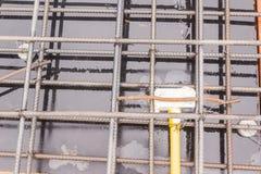 Konstruktionsdetaljer: elektrisk ask i förstärkningstång av tjock skiva, innan att hälla betong Royaltyfri Fotografi