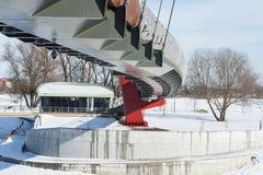 Konstruktionsdetaljer och linjer av den moderna fot- bron Royaltyfri Fotografi