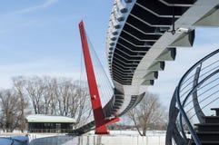 Konstruktionsdetaljer och linjer av den moderna fot- bron Royaltyfri Bild