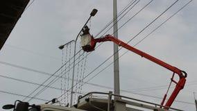 Konstruktionselektriker Working Lamp Pole arkivfilmer