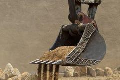 Konstruktionsgaffeltruckskyffel med smuts Royaltyfria Bilder