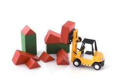 konstruktionsgaffeltruckstället toys lastbilen arkivbilder