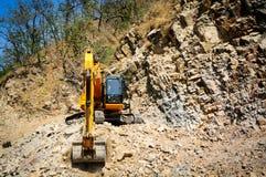 Konstruktionsgrävskopan som gör klar upp, vaggar från en jordskred Fotografering för Bildbyråer