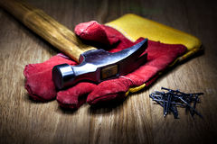 Konstruktionshandskar och hammare Royaltyfria Bilder