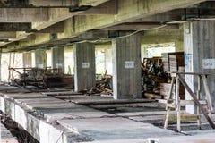 Konstruktionshjälpmedel i övergav byggnader Arkivbild