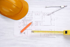 Konstruktionshjälm, husplan och hjälpmedel Fotografering för Bildbyråer