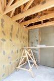 konstruktionshus under Fasadlager över isolering, ingrepp, murbruk, cement, mortel Royaltyfri Fotografi