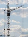 Konstruktionskran i skyen. Royaltyfria Foton