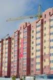 Konstruktionskran och hus under konstruktion Royaltyfri Bild