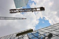 Konstruktionskran och kontorsbyggnader Fotografering för Bildbyråer