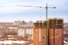 Konstruktionskran på byggnad för skyskrapa för kontor för byggande för konstruktionsplats i modern stad på solnedgångtid royaltyfria foton