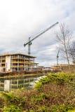 Konstruktionskran på byggnadsplatsen på den Nene floden, Northampton Arkivbilder