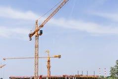 Konstruktionskran på konstruktionsplats Arkivfoto