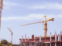 Konstruktionskran på konstruktionsplats Arkivbilder
