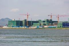 Konstruktionskran som bygger det nya tornet Royaltyfria Bilder