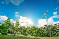 Konstruktionskranar bygger invånaren, gård för byggnadskonstruktion royaltyfria bilder