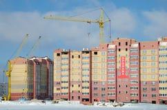 Konstruktionskranar och hus under konstruktion Royaltyfri Foto