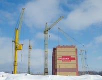 Konstruktionskranar och hus under konstruktion Royaltyfria Bilder