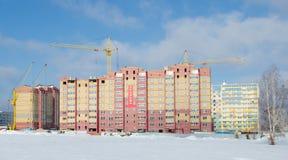 Konstruktionskranar och hus under konstruktion Royaltyfri Fotografi