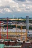 Konstruktionskranar och vindturbiner i Hamburg Arkivbild