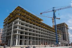 Konstruktionskranar på en bakgrund av blå himmel Royaltyfri Bild