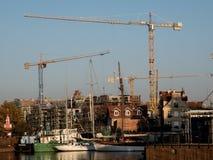 Konstruktionskranar på i Gdansk stads- liggande arkivfoto